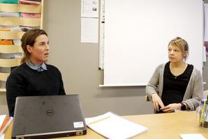 Julia Forsberg och Sofia Stenstrand arbetar båda på Skutans förskola. Tillsammans med ett trettiotal andra förskollärare i kommunen har de protesterat mot den föreslagna sänkningen av målet som anger hur många förskollärare det ska vara per avdelning.