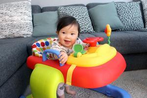 Gabi tycker om sin nya gåstol och skrattar när det kommer musik.