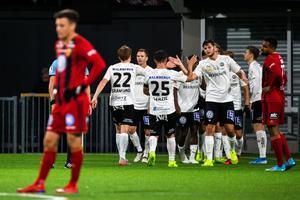 Nordin Gerzic, i tröja 25, och lagkamraterna firar Agon Mehmetis 2–0-mål i 89:e minuten. Foto: Johan Bernström/Bildbyrån