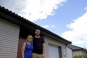 Trots allt som hänt trivs Katrin och Daniel Jakobsson väldigt bra i sin enplanare i Skutskär. Men de tycker att det har varit jobbigt att lägga ner så mycket tid och energi, och de litar inte längre på försäkringar generellt.