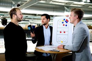 Henrik Gradin, Oskar Lund och Adam Johansson spekulerar inför en sändning under SCA-cupen 2016.Foto: Mårten Englin