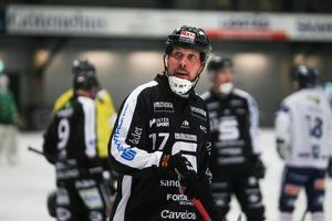 Daniel Mossberg säger att han kommer att fullfölja sitt kontrakt med Sandviken men det verkar samtidigt som att han inte är helt nöjd med situationen.