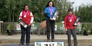 Kaarina Saviluoto högst uppe på prispallen efter VM-guldet i 3D-bågskytte i Kanada tidigare i år. Bild: Archery Canada TV.