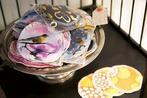 I stället för bomullspads som slängs efter varje användning finns det tygpads som kan tvättas och återanvändas.
