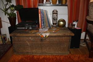 Emmelies lägenhet är lite som en tidskapsel till 60- och 70-talen. Men kistan är ett mycket äldre arvegods.