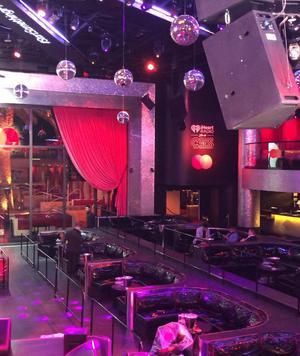 Nadine filmar ifrån scenen inne på klubben Drai's. Snart är det dags för kvällens uppträdande. Foto: Nadine Randle.