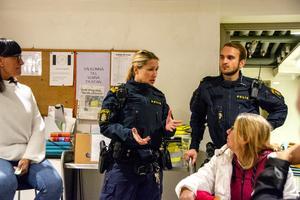Inför föräldrarna i Kyrkans hus framhåller Jessica Johansson från polisen vikten av vuxennärvaro på stan.