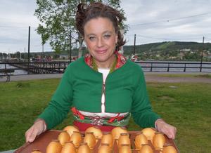 Rättviks näringslivschef Helena Back med en plåt med Solar Egg-bakelser.
