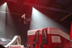 Även killar på trailbike bjöd på tricks efter att de fått sin fart efter att de blivit dragna av fyrhjulingar.