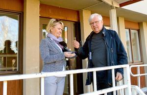 Per-Åke Roslund lämnade symboliskt över nyckeln till Säterbostäders vd Ellinor Fredriksson.