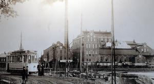 Då: Spårvagnen parkerad utanför Ortvikens pappersbruk någon gång runt 1910.