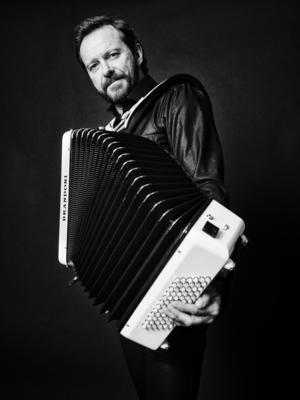 Dragspelaren Bengan Janson är en av de namn som kommer till allsången. Foto: Pressbild.