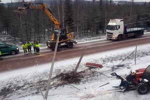 En grävmaskin körde ner en elstolpe, vilket gjorde att elkabeln lade sig över riksväg 70. Foto: Ronny Emretsson