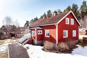 Byggt 1916, tomtarea på 2 002 kvm, carport samt äldre gemensam sidobyggnad med jordkällare. Foto: Kristofer Skog