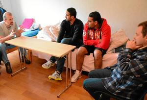 Samtal om framtiden. Om Syrien, om kriget, flykten och om livet i det nya landet Sverige pratar Henk Bijloo, Tiram el Safadi, Ahmed Abuzaid och Kinan Sahloul om.