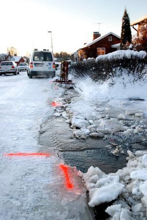 Under måndagen rann det längs Dalvägen i Lindesberg. Ett vattenrör i gatan hade frusit sönder.