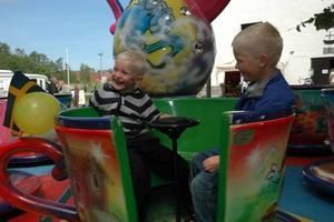 ROLIG KARUSELL. Leon och Liam Holmström, Skärplinge, gillade snurren i tekopparna.