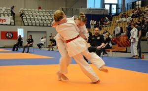 Svenska mästerskapen för högstadieungdomar i judo. På mattan Elwira Birk Ringius och Emelia Vakterinmäki.