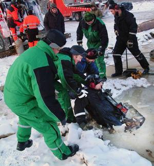 Inget kalas utan kras. Isen brast under Jonas Karlsson Selet, som tvingades ila till projektets värmestuga där det fanns torra kläder att tillgå.