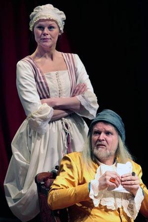 Carolinne Kärngard som tjänsteflickan Toinette och Anders Hedén som den inbilske Argan i uppsättningen av Molière i Hackås.