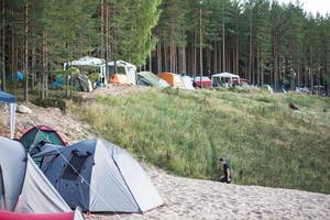 Camparna slår läger i krönet runt hela sandtaget få festivalen Krökbacken.