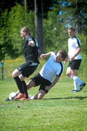 En rockräv mot en hockeyprofil. Takida-Robban snor bollen av Mathias Månsson. Hård kamp och en klockren brytning.