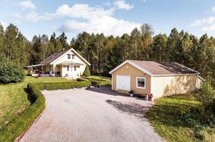Villan på adressen Vika-Sörbo 525 byggdes år 1991. Foto: Kristofer Skogh/Husfoto.