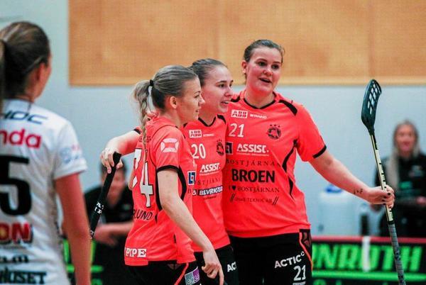Lisa Söderlund (till vänster) stortrivs mot Pixbo – och har gjort fyra mål i kvartsfinalserien.