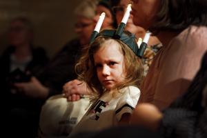 Flera barn kom till kröningen finklädda i luciakrona.