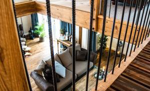 Sällskapsrummet har sex meter högt i tak. Staketet består av armeringsjärn, en hommage till Smedjebackens valsverk.