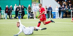 Jakob Eklund har precis rullat in 2–1-målet för Sala.
