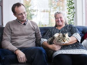 I Attmarby hittar paret lugnet.  Den lurviga sibiriska hankatten heter Erwin efter en nobelpristagare i fysik, Erwin Schrödinger.