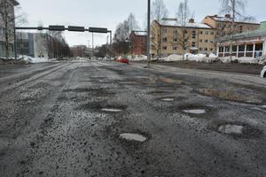 Norrmalmsgatan har tagit stryk av vägarbete och snö.