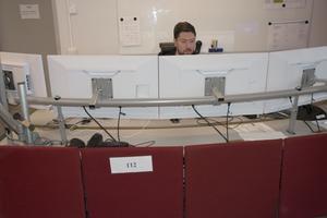 Alla som arbetar i larmcentralen följer ärendena och delar samma information via flera skärmar.