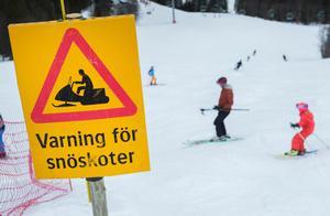 Snöskoteråkningen är ett växande vinternöje för många svenskar. Samtidigt skördar åkningen människoliv årligen. Bristande kunskap om risker, onykterhet och risktagande ger avtryck i den nationella statistiken. Bild: Erik Nylander/TT