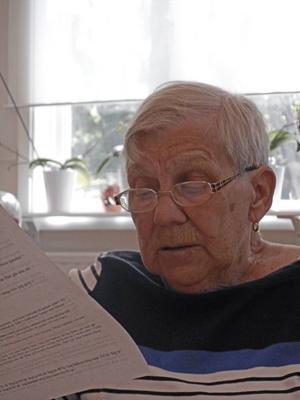 Margareta Åhlén läser manus.
