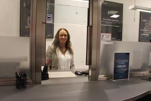 Emma Lingvall och hennes kollegor tar emot och värderar föremål. Pengarna finns på kundens kontot inom en kvart.