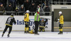 Emil Fedorov tar sig för huvudet efter att ha blivit utvisad efter en situation med Brobergs Vadim Arkhipkin.