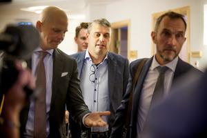 Olle Kullinger, Daniel Kindberg och Peter Jonsson på väg in i rättssalen.