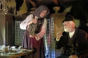 En klok gumma bjuder på ormsnaps. En dryck som Lars ve Grinna aldrig tackade nej till.
