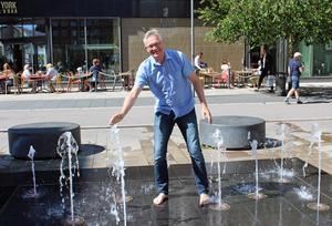 Kreativ lek och filosofiskt allvar möts i en och samma person. Mats Åbergs Leos sköldpadda med den nyckfulla fontänen är Anders Lerners favorit bland Västerås offentliga konstverk.