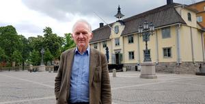 Bengt af Klintberg framför Gamla rådhuset i Södertälje. Många tokhistorier har berättats om byggandet av rådhuset. Historier som återberättades i hela Sverige.