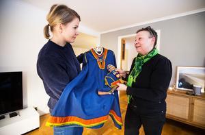 Josefin Söderberg diskuterar dräkten med Birgitta Ricklund från Orrestaare Saemien Sibrie, Örnsköldsviks sameförening.