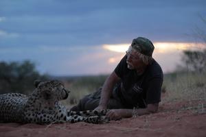 Göran med sin favorit – geparden Flash på Bagatelle Kalahari Game Ranch Foto: Linn Marnfeldt