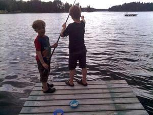 """""""Två små fiskare vid Kolsnaren."""" Foto: Lena Brosten"""