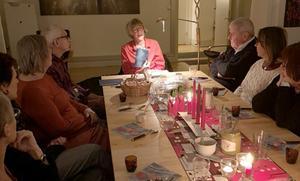 Leg psykolog/leg psykoterapeut Gunilla Johansson läste ur sin bok Arvid, ett människoöde, på Föreningen för legitimerade psykoterapeuter i Jämtlands läns grötmöte. Foto: Gunnar Hultin
