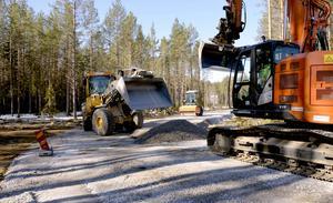 Kommunen håller på med de sista jobben i området innan bostadsgatorna ska asfalteras i sommar.