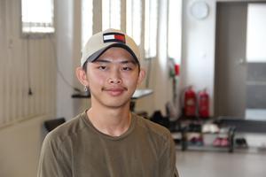 Timo Gradin volontärjobbar som danslärare under det en vecka långa danslägret.