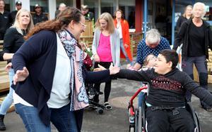 Katarina Åhl, som är lärare och projektansvarig för utemiljön på grundsärskolan dansar loss med åttaårige Kamal under torsdagens invigning på Geresta.