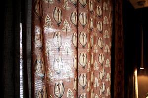 Gardinerna i sovrummet köpte Gunmari för några kronor på Frälsningsarmén.